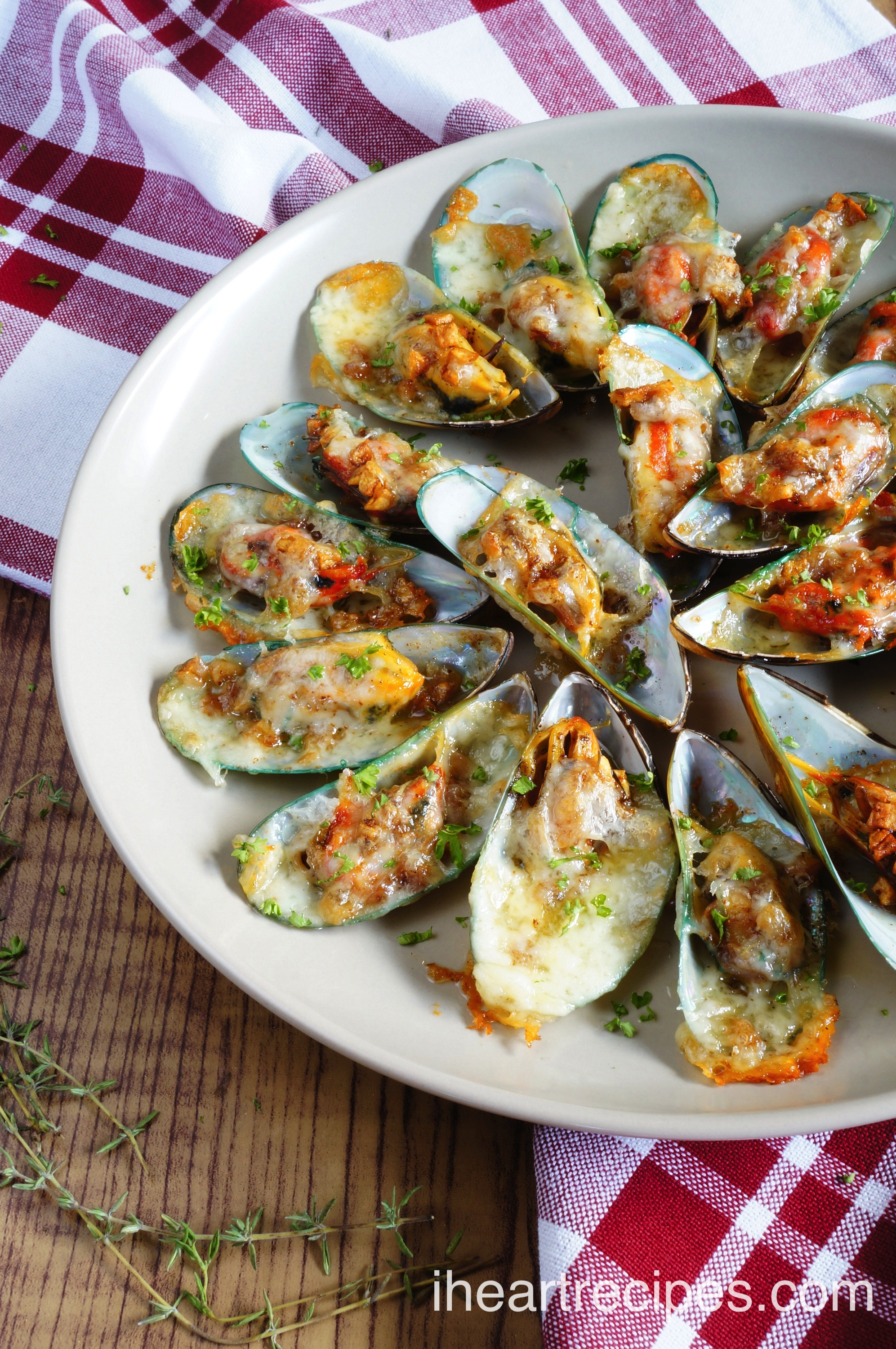 Minimal ingredients are needed for these mouth-watering Cheesy Garlic Mussels! Simple and elegant.